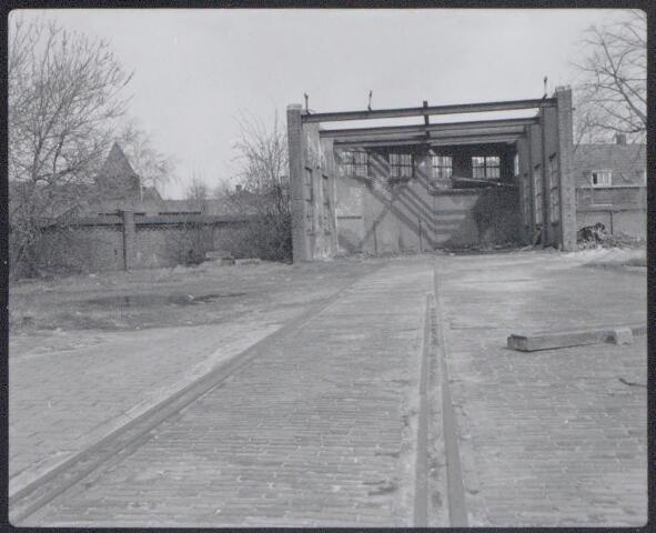 044970 - Gemeentelijke gasfabriek aan de Lange Nieuwstraat. De kolenbreker met de aanvoerlijn voor cokes.