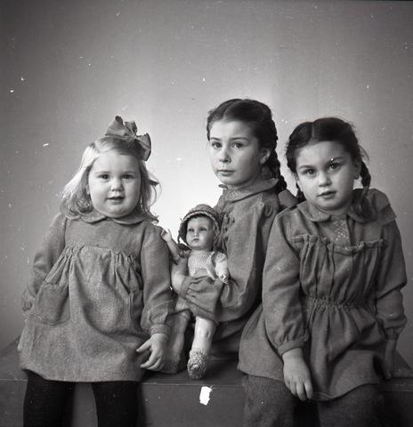 654439 - Portretfotografie. Groepsfoto van drie jonge meisjes.