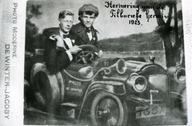 065969 - Kermis. Herinnering aan de Tilburgsche Kermis. Deze foto is genomen op de Heuvel. De twee mannen zitten achter een fotopaneel, waardoor het lijkt dat ze in een auto zitten. Het was in die tijd erg in trek om je te laten fotograferen achter een paneel waarop een kolderiek tafereel geschilderd was.