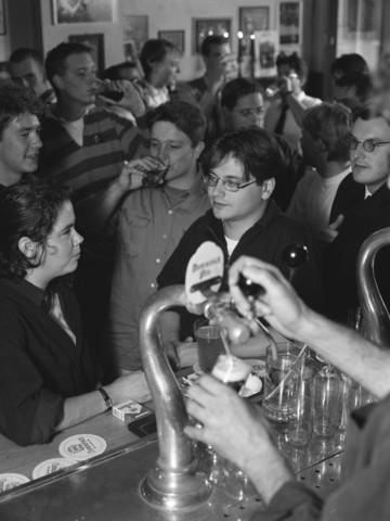 TLB023000950_002 - Guus Meeuwis en andere bezoekers aan de bar in een café.