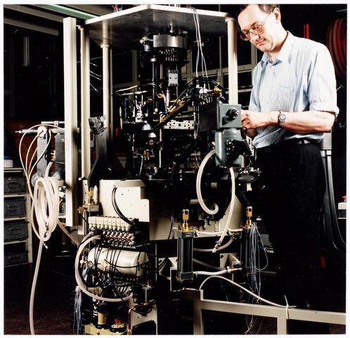 038900 - Volt. Noord. Bedrijfsmechanisatie. Centrale werkplaats. Montage van een wikkel- automaat voor lijn- en beeldspoelen t.b.v. deflectie-units op 15 januari 1988 door Cor van Loon. In datzelfde jaar werd de afdelingsnaam gewijzigd in PS&A, Productie Systemen en Automatisering.