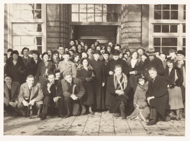 052079 - Hoger Voortgezet Onderwijs. Katholieke studentenvereniging St. Leonardus. Met mgr.dr. Goossens de praeses van de studentenvereniging St. Leonardus voor de tocht naar Lier.