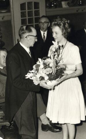 093004 - Viering van het 25-jarig bestaan van de R.K. Bond van Melkhandelaren St. Martinus. De heer Van Hoof,melkboer, Neemt bloemen in ontvangst.