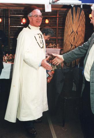 653994 - Feest ter gelegenheid van het 65-jarig bestaan van de parochie Allerheiligst sacrament. Pastoor Piet van der Linden.