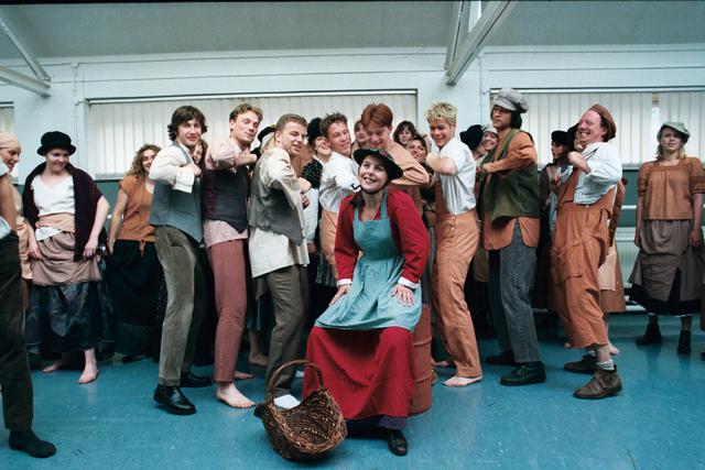1237_010_759_010 - Onderwijs. Hoger beroepsonderwijs. Cultuur. TDMS. De cast van een musical achter de schermen op de Tilburgse Dans en MuziekSchool.