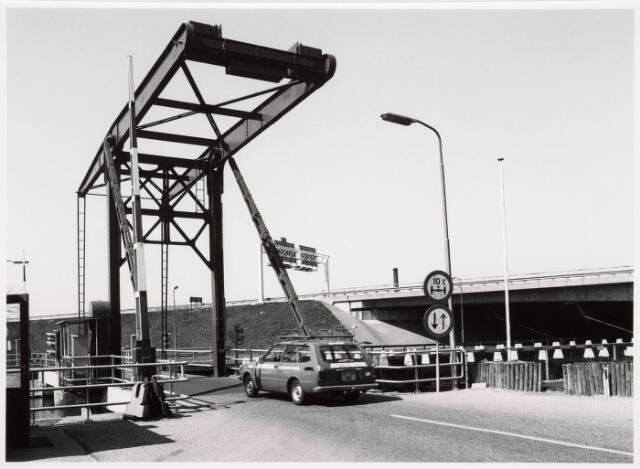 034848 - Draaibrug over het Wilhelminakanaal bij Koningshoeven, gezien in de richting van het centrum. Op de achtergrond de vaste brug (Rijksweg 58)