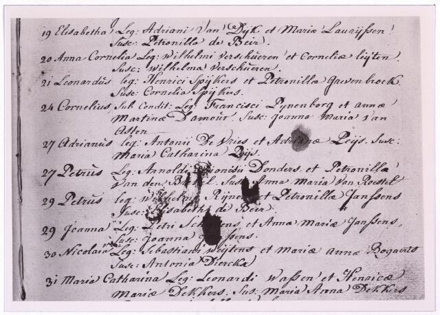 """004052 - Detail van de doopakte van Petrus Norbertus (""""Peerke"""") DONDERS op Tilburg 27 oktober1809 - Batavia, in Suriname, 14 jan.1887). Hij werd  missionaris, afkomstig uit een zeer arm milieu, ging op 22-jarige leeftijd naar het klein seminarie te St. Michielsgestel en werd in 1841 priester gewijd. In 1842 vertrok hij naar Suriname en ik 1856 vestigde hij zich als pastoor te Batavia aldaar, het toenmalige leprozenetablissement aan de Coppenamerivier. Donders verzorgde de zieken met de grootste toewijding en leeft in Suriname voort als de 'vader der melaatsen', als 'vriend van de bosnegers (gevluchte slaven) en 'apostel der indianen'. Toen in 1866 de Surinaamse missie aan de redemptoristen werd toevertrouwd, trad hij tot deze congregatie toe. Hij heeft 44 jaar in Suriname gewerkt. In 1913 werd het proces van zijn zaligverklaring ingeleid. Op 23 mei 1982 kondigde paus Johannes Paulus II de zaligverklaring af. Petrus Donders ligt begraven in de kathedraal van Suriname. Op zijn geboortegrond aan de Heikant in Tilburg is al zo'n eeuw geleden een bedevaartplaats ontstaan."""