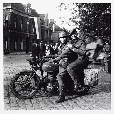 012141 - Tweede Wereldoorlog. Militairen van de 15e Schotse Divisie op de motor bij het Wilhelminapark
