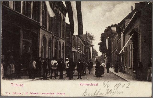 010241 - De voormalige Zomerstraat, nu Heuvelstraat, tussen de Nieuwlandstraat en de Pauluskerk (rechts achter de bomen). Helemaal rechts bakkerij 'de Oude Ster' op de hoek van de Nieuwlandstraat. Het huis, dat dateerde uit 1624, is gesloopt in 1914. Links de meubelzaak van de firma Van de Pas en daarnaast het woonhuis van J.A.A. de Beer, wollenstoffenfabrikant.