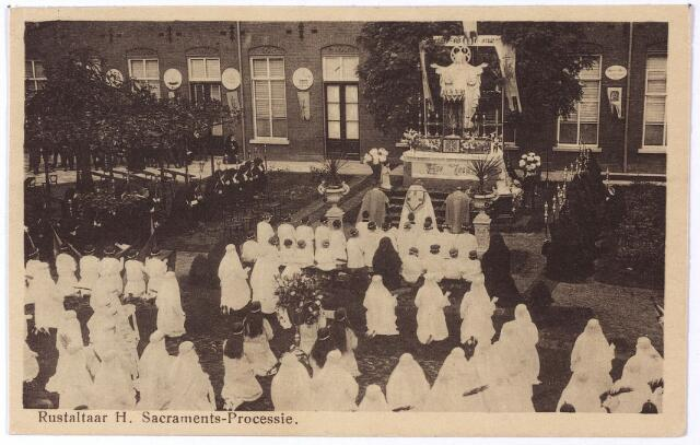 001757 - Processies. Oude Dijk, klooster van de zusters van liefde. Rustaltaar bij het H. Hartbeeld in de binnentuin tijdens de Sacramentsprocessie.