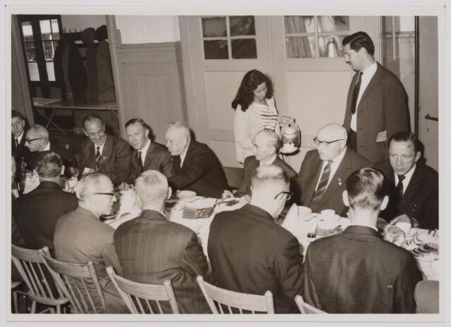 041111 - Vakbeweging. Op 31 augustus 1963 vierde de R.K. Bond Werkmeesters afd. Tilburg het 50-jarig bestaan. 1e een Solemnele H. Mis in de parochiekerk st. Jozef. 2e een feestelijk ontbijt in het parochiehuis aan de Veemarktstraat. 3e herdenkingsbijeenkomst in het Chicago-Theater. 4e Officiële receptie in de zalen van café-restaurant Th. van Broekhoven (Smidspad 42) 5e Feestavonden op 7 t/m 9 september 1963 met uitvoering Operette 'Rumoer in Weinbach'. foto: koffiettafel