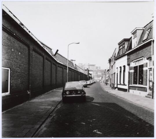 022710 - Hoogvensestraat gezien in de richting van het Piusplein. Links de muren van de strijkgarenspinnerij van Swagemakers - Bogaerts (foto gemaakt in periode 1972-1980)