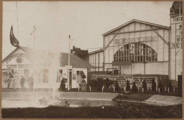 103838 - Tentoonstelling Stad Tilburg 1909 gehouden van 15 juli - 8 augustus 1909  Handel Nijverheid en Kunst. Het tentoonstelling-terrein was gelegen aan de 1e Herstalse Dwarsstraat (tussen Boomstraat en Industriestraat). Secretariaat.
