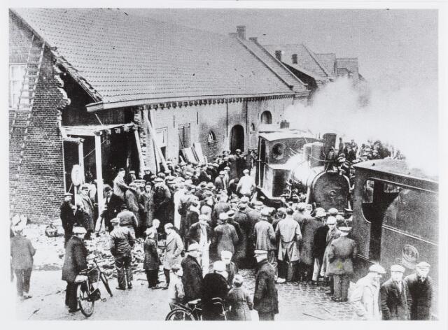 056680 - Op 29 december 1934 reed een tramlocomotief, nadat deze door een zeswielige tractor uit de rails geworden was, bij een hoekhuis aan de Hoge Steenweg te Loon op Zand de voorgevel in. Een der bewoners, die zaten te kaarten, werd gedood