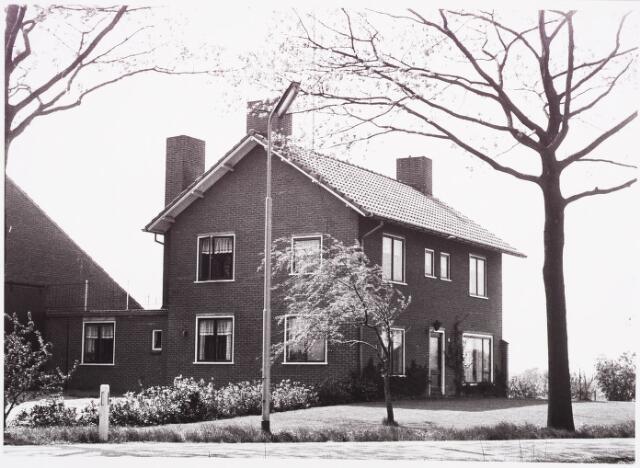 025419 - Boerderij aan de Langendijk begin mei 1970