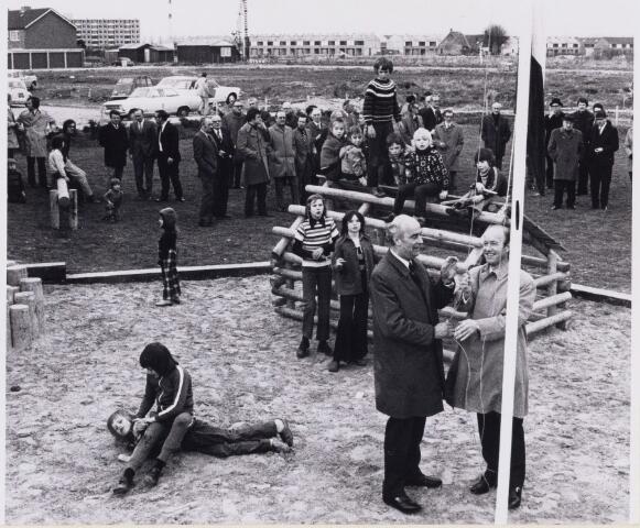 101372 - Speelterrein bij oplevering van de 3000ste woning. Bij de vlag links burgemeester mr. A.J.M.  Elkhuizen.