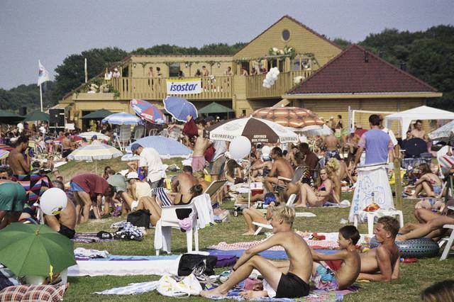TLB023000899_001 - Bezoekers strand het Blauwe Meer.