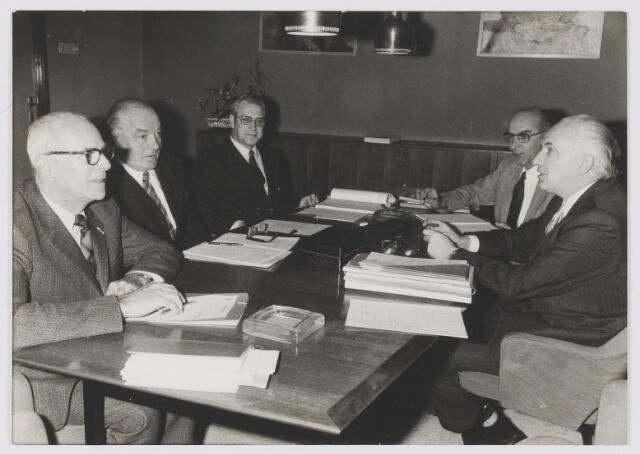 081422 - Burgemeester Ballings en Wethouders  vergaderen. Midden de heer van Gool