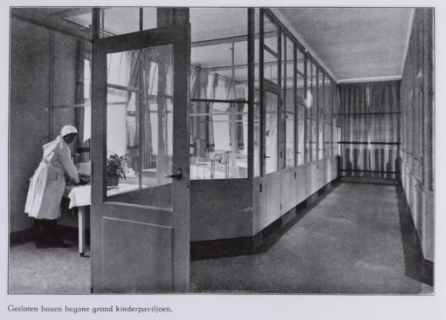 041712 - Elisabethziekenhuis. Gezondheidszorg. Ziekenhuizen. Interieur van de gesloten boxen van het kinderpaviljoen op de begane grond in het St. Elisabethziekenhuis.