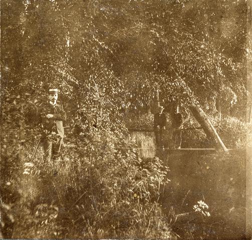 653579 - Natuurfoto. Drie personen in het bos. (Origineel is een stereofoto.)