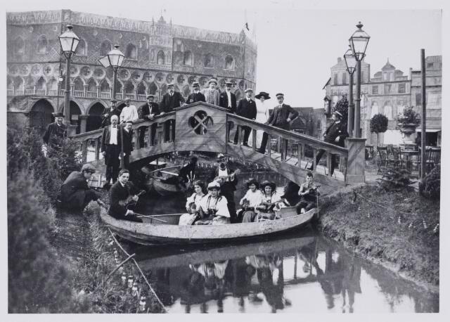 103834 - Tentoonstelling Stad Tilburg 1909 gehouden van 15 juli - 8 augustus 1909  Handel Nijverheid en Kunst. Het tentoonstelling-terrein was gelegen aan de 1e Herstalse Dwarsstraat (tussen Boomstraat en Industriestraat). Paviljoen 'Venetië'.