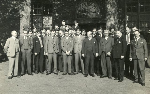 603178 - Textielschool, Tilburg. Leraren en studenten van de textielschool met op de voorste rij, tweede van rechts, de directeur A.J. Handels.