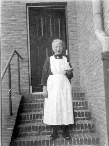 064719 - Adriana Petronella Johanna (Sjo) Simonis, geboren te Loon op Zand op 2 maart 1877. Zij was pastoorsmeid op het Goirke.