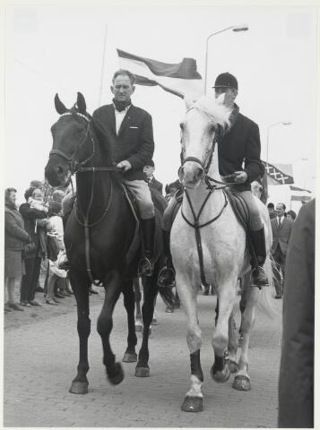 91676 - Made en Drimmelen.  Tijdens de officiële opening van Jachthaven De Biesbosch zijn ook de leden van de ruitersport vertegenwoordigd in de parade.