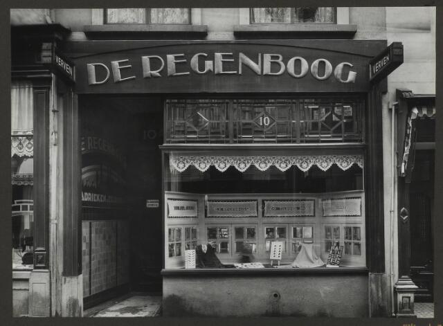 071894 - Een filiaal van stoomververij en chemische wasserij De Regenboog aan de Eindstraat 10 te Breda. De foto is afkomstig uit een album dat werd gemaakt en aangeboden naar aanleiding van het 40-jarig jubileum van textielfabriek De Regenboog van de firma Janssen en Bierens uit Tilburg op 2 december 1930.