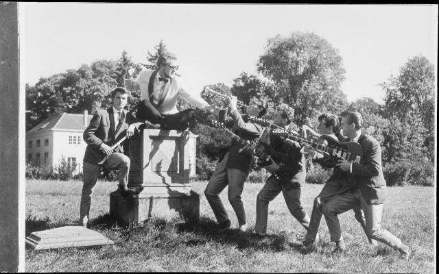 071331 - Muziek, Dans-,en Amusementsorkest The Heralds. Hans Kuystermans  zang, Marc de Roover trompet, Harry Groeneveld gitaar, Jac. Goossen gitaar, Jan Marijnissen Gitaar, Ben Murawski drums.