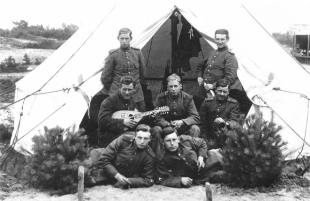 054687 - Soldaten op de Breeheesche Heide (nu Beekse Bergen) tijdens de Eerste Wereldoorlog.