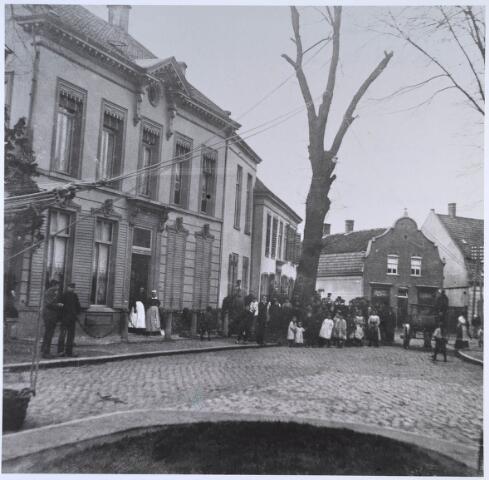024483 - Onder grote belangstelling wordt een boom gekapt voor het huis van textielfasbrikant Diepen - v.d. Vorst. De boom stond op de driesprong met de Korvelseweg (rechtsachter), de Diepenstraat (achter de boom) en het Korvelplein