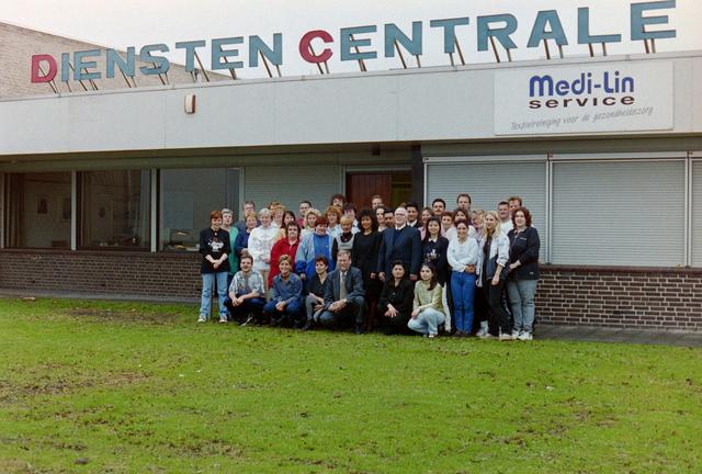 1237_001_018_005 - Groepsfoto met medewerkers van de Diensten Centrale aan de Havendijk in december 1998. Een van de medewerkers, Toon van Bueren, gaat met de VUT.