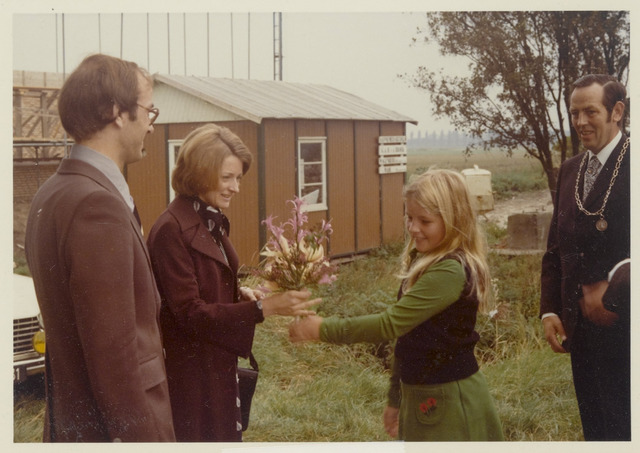 89082 - Schooljeugd met bloemen voor de nieuwe burgemeester van Terheijden: dhr. J. van Maasakkers