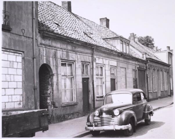 024087 - Verpauperde woningen in de Anna Pauwlonastraat. Toen de wijk Koningswei in de beginjaren '60 van de vorige eeuw moest verdwijnen voor de realisatie van het Koningsplein, telde het 450 krotwoningen