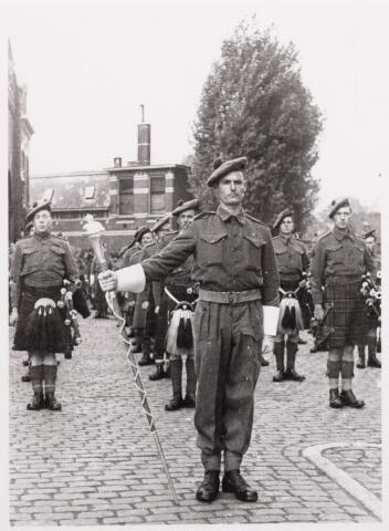 012542 - WO2 ; WOII ; Tweede Wereldoorlog. Bevrijding. Tamboer-maitre van de Schotse pijpers die op 29 oktober 1944 een muzikale show verzorgden op de Markt