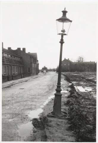 029746 - Ventweg langs de Ringbaan-Noord (voorheen Kapelstraat) nabij de Hasseltstraat. Het transformatorhuisje achter de auto staat er nog steeds. Het huis rechts is de bakkerij van De Rooij-đe Groot. Zie ook foto´s 030395 en 030396. Ook op deze foto's is het transformatorhuisje te zien.