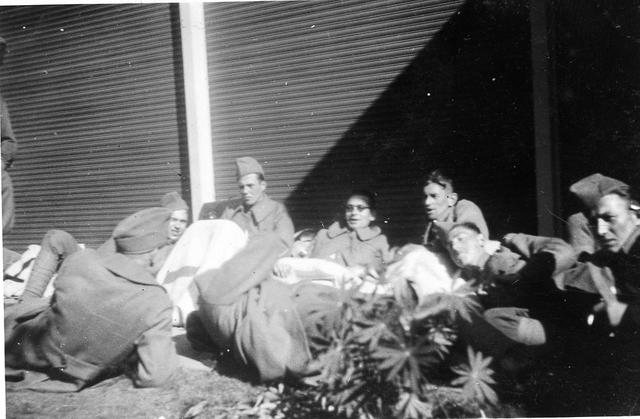 """830012 - WO2: WOII; Tweede Wereldoorlog. Oorlogsjaren. Soldaten. """"Na een nachtje in de open lucht"""""""