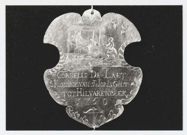 055676 - Detail van een koningsschild van de schuttersgilde St. Joris. Organisatie van een schuttersgilde  Als basis voor een gilde dienden de ordonnantien, bepalingen waarin de rechten maar vooral de plichten van de leden waren vastgelegd. Aanvankelijk bestond elk gilde uit 33 leden, een aantal dat op verzoek van St. Joris in 1612 werd uitgebreid tot 41. Een nieuw lid diende voor de magistraat de schutterseed af te leggen, waarin hij beloofde te handelen naar de ordonnantie van het gilde. Schutter werd men voor het leven. Het lidmaatschap kon in principe alleen worden beëindigd indien men tot armoede verviel, buiten de jurisdictie van de stad ging wonen of zich vergaand misdragen had. Het lidmaatschap van de gilden was niet voor iedereen weggelegd. Alleen de hogere standen hadden toegang tot deze exclusieve kringen en ook financieel moest men in goede doen zijn. De meeste leden kwamen uit de gegoede burgerij, en waren vooral middenstanders en kooplieden. Het belang van de gilden blijkt uit het gegeven dat lidmaatschap van één van de drie gilden verplicht was gesteld om deel uit te mogen maken van de magistraat, het college van burgemeesters en schepenen (wethouders).
