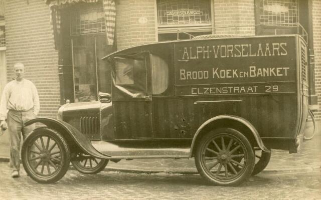 601654 - Bakker Vorselaars bij zijn auto. Gemotoriseerde boordbezorging door bakkerij A. Vorselaars uit de Elzenstraat 29, jaren twintig