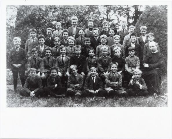 009461 - Groepsfoto. Kloosters. Fraterhuizen elders. Kostschool Fraters van Tilburg te Reusel rond 1930