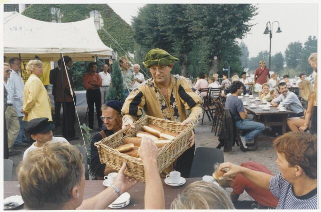91331 - Terheijden, Zomerfestival 1990. Tijdens het zomerfestival weren er middeleeuwse festiviteiten opgezet. Hier genoot iedereen van een ontbijt.