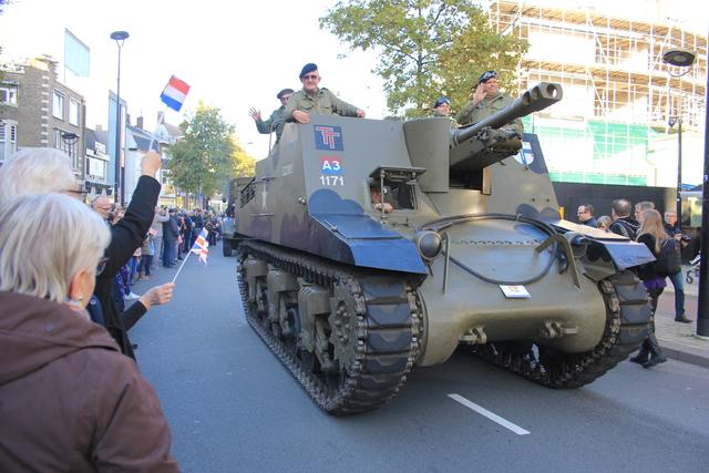 658411 - Tilburg 75 jaar bevrijd. Een optocht met militaire voertuigen en taptoe door de Tilburgse binnenstad op 27 oktober 2019.