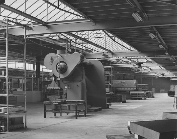 652419 - Interieur nieuwbouw Firma Van Blerk, Tilburg. 1894 - 1974 Begin jaren 60 van de vorige eeuw groeide het fabrieksgebouw uit zijn voegen , waarop er werd begonnen met de bouw van een nieuwe fabriek op het industrieterrein Kraaiven. In 1975 had er een fusie plaats tussen Van Blerk en de fa. Asmeta uit Assendelft. In 2010 werd de fabriek gesloten en gesloopt.