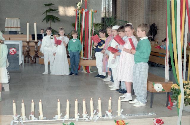 655272 - Eerste Heilige Communie viering in de Tilburgse Lourdeskerk op 4 mei 1986. Leerlingen van de Jan Lighthartschool.