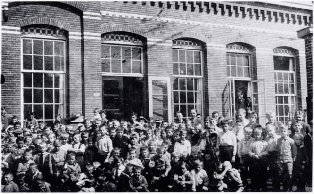 051170 - Basisonderwijs. schoolfoto. groepsfoto. r.k. lagere school. St. Dionysius. Grote groep jongens staan op de speelplaats voor het schoolgebouw Deze school was toen nog een jongensschool.