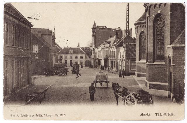 001807 - De Markt, vanaf 1962 Oude Markt in noordelijke richting. Het verkeer bestaat uit een huifkar en enkele aardkarren.  Voor het huis links een verlaten marktkraam. Rechts de kerk van het Heike (H. Dionysius).