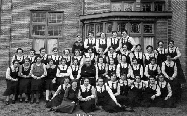 064772 - Jeugdorganisaties. Katholieke Jeugd Vereniging (K.J.V.) afdeling Tilburg tijdens een retraite in het Cenakel. Op de derde rij, vierde van links Toos Geurts (1911-1999)