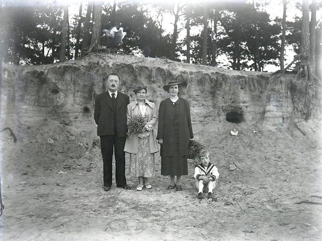 651577 - Poserende mensen in de natuur. De Bont. 1914-1945.