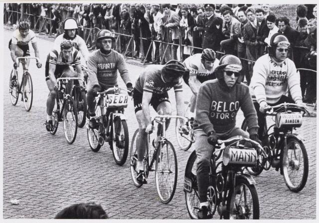 101155 - Sport. Wielrennen. Wielrenners achter de derny in de ronde van de Molen met onder andere Peter Post, Leo Duyndam en Jaap Oudkerk.